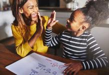 mae-e-filha-estudando-matematica-felizes - Jogos Matemáticos - Curso capacitação on-line
